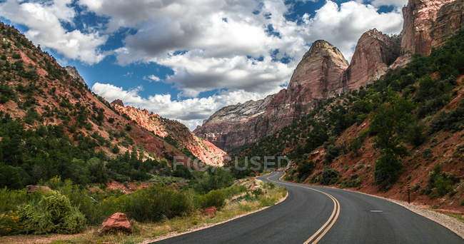 Scenic view of winding mountain road, Zion National Park, Utah, America, USA — Stock Photo