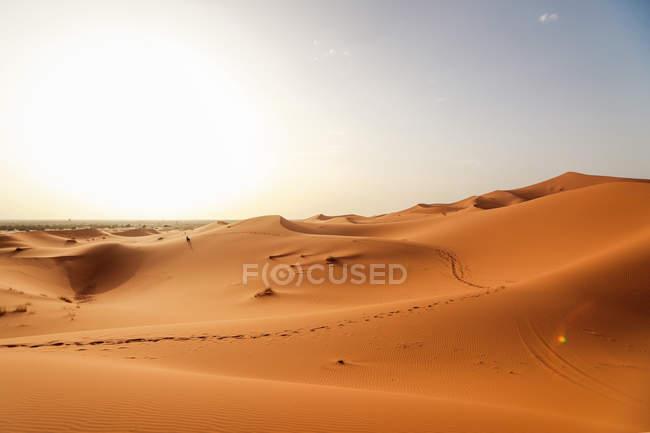 Paisagem de dunas do deserto com céu, Marrocos, Saara — Fotografia de Stock