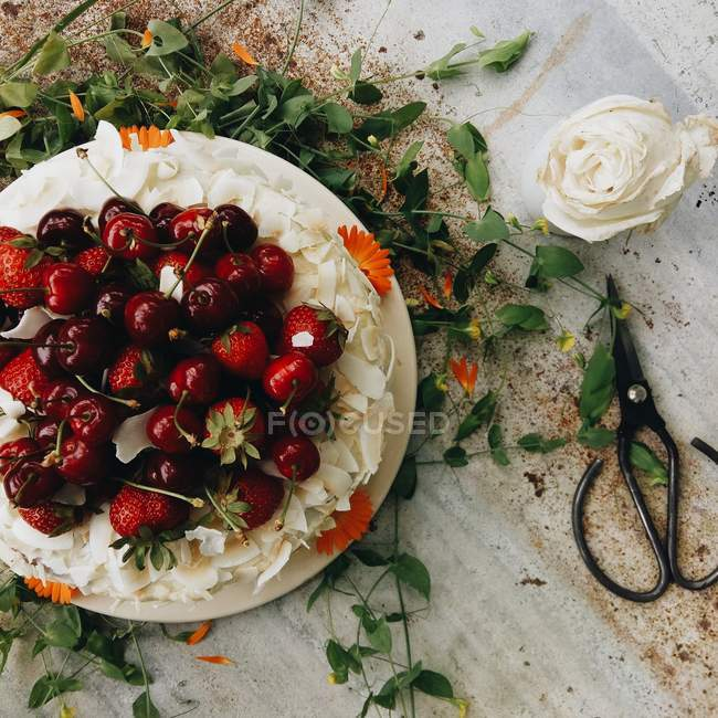 Vista dall'alto della torta della ciliegia su una tabella — Foto stock