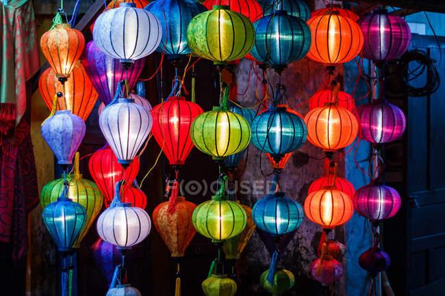 Разноцветные фонари в Хой Ане, Вьетнам ночью — стоковое фото