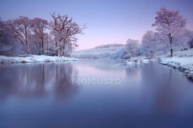 Irlanda, Cootehill, vista panoramica del fiume ghiacciato dromore al tramonto — Foto stock