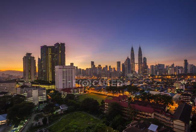 Vista panorámica del horizonte de Kuala Lumpur al amanecer, Malasia - foto de stock