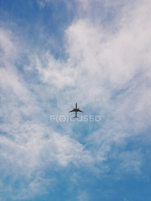 Immagine di aeroplano di volo in nubi bianche — Foto stock