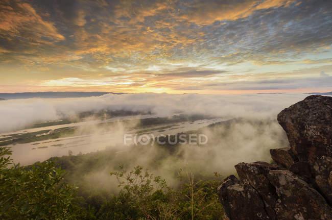 Vista panorâmica das montanhas na névoa, província de Nongkhai, Tailândia — Fotografia de Stock