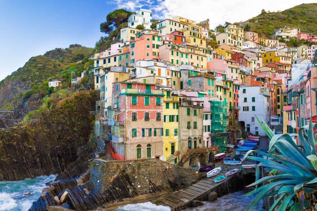 Vista panorámica de Riomaggiore, Liguria, Italia - foto de stock