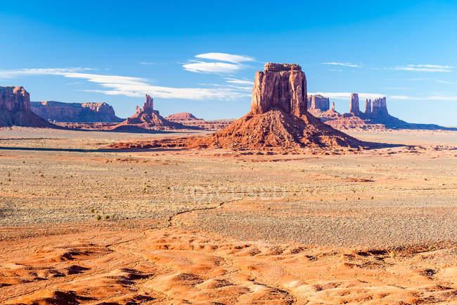 Vista panorâmica de Mittens e Merrick Butte, Monument Valley, Navajo Tribal Park, Utah, EUA — Fotografia de Stock