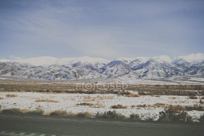 Vista panorámica de nieve cubierto de gama de la montaña - foto de stock