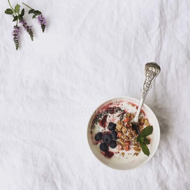 Вид сверху свежего здорового йогурта с черникой — стоковое фото