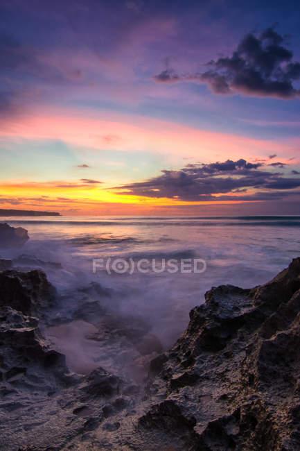 Vista panorámica de la playa al atardecer, Bali, Indonesia - foto de stock