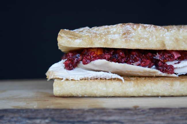 Жареная курица и клюквенным оранжевой Смак багет сэндвич — стоковое фото