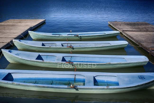 Barche a remi di fila ha attraccato al molo — Foto stock