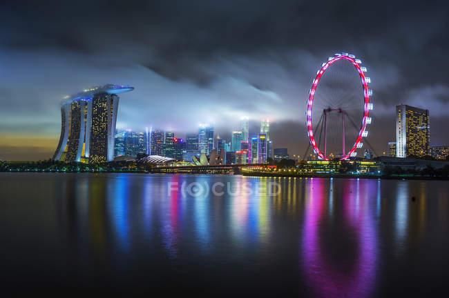 Мальовничий вид на обрис Сінгапуру вночі — стокове фото