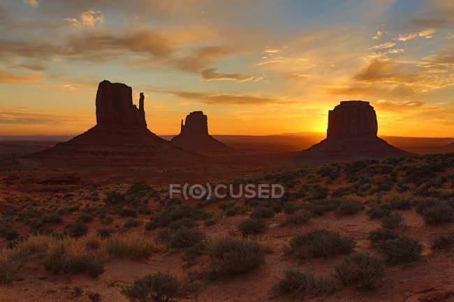Vue panoramique des formations rocheuses à Monument Valley Navajo Tribal Park au lever du soleil, Monument valley, Arizona, Amérique, Usa — Photo de stock