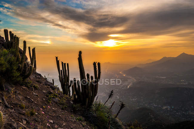 Живописный вид на Сантьяго, Чили на закате с Pochoco холма — стоковое фото