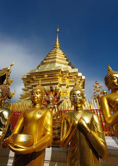 Malerische Ansicht der goldenen Statuen am Tempel, wat phra that doi suthep, chiang mai, thailand — Stockfoto