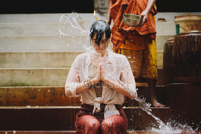 Kambodscha, buddhistischer Mönch Wasser Segen junge Frau — Stockfoto