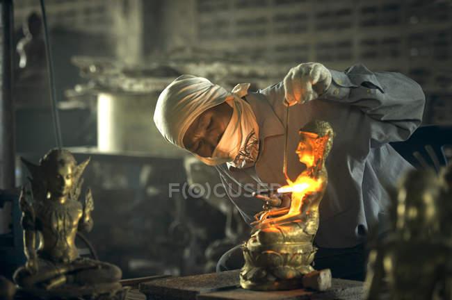 Людина зварювання традиційні те buddah скульптура, Таїланд — стокове фото