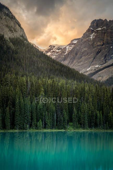 Scenic view of sunrise over Emerald Lake, Yoho National Park, British Columbia, Canada — Stock Photo