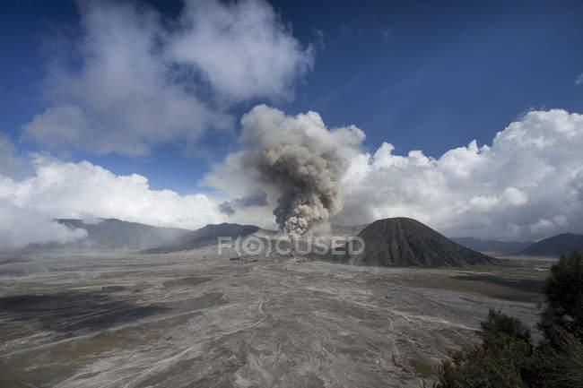 Vista panorâmica da erupção do Monte Bromo, Indonésia — Fotografia de Stock