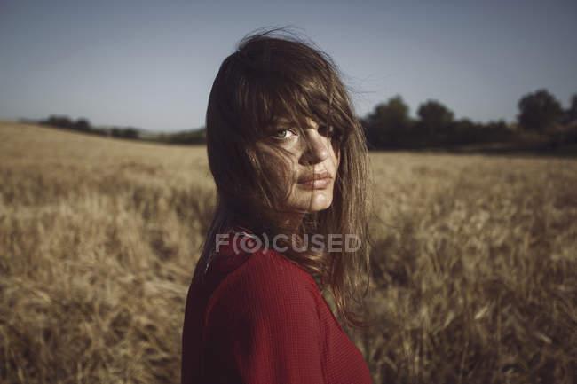 Портрет молодої жінки, стоячи в поле — стокове фото