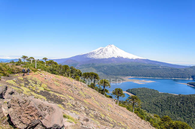 Chile, Araucania, Sierra Nevada, Lake by snowcapped mountain — Stock Photo