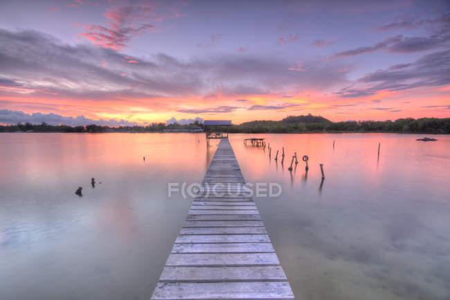Vista panorámica del embarcadero y el lago al atardecer, Tuaran, Gayang Village, Malasia - foto de stock