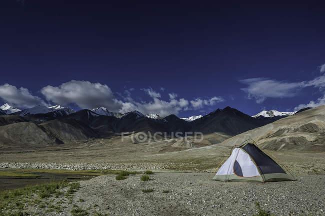 Живописный вид палатки на Гималайских плато, Ладакх, Индия — стоковое фото