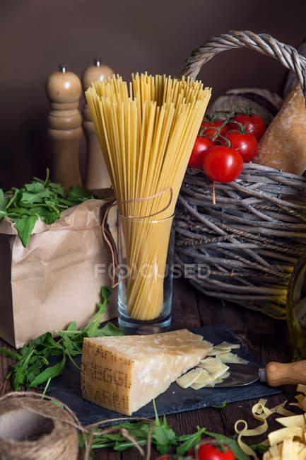 Макарони, Пармезан, ракети і помідори, сільські кухня концепції — стокове фото