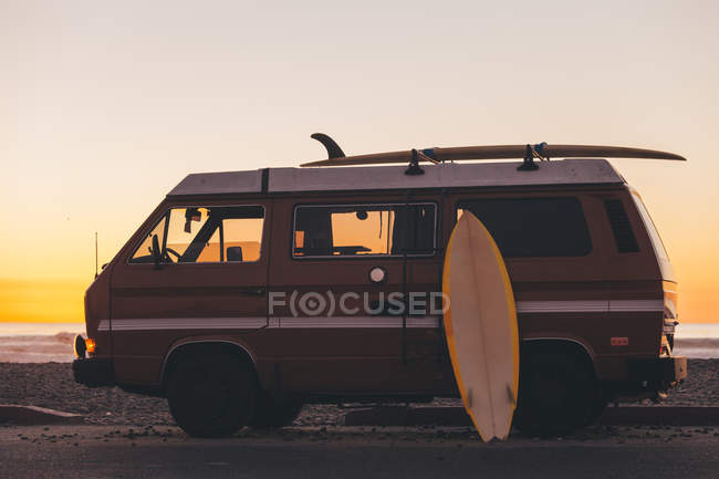Surfboard leaning against Surf Bus at Sunset, California, America, USA — Stock Photo