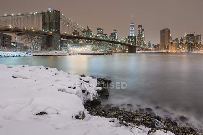 Vue panoramique du pont de Brooklyn à la nuit d'hiver, New York, é.-u. — Photo de stock