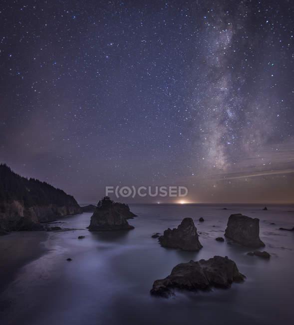 Milchstraße über Ozean und Amerika Stapel, Samuel Boardman State Park, Oregon, Usa — Stockfoto