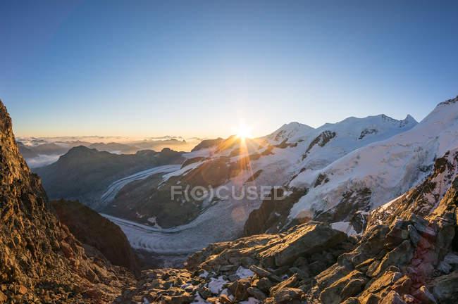 Malerische Aussicht auf den Sonnenaufgang über den Schweizer Alpen über dem Aletschgletscher, Graubünden, Schweiz — Stockfoto