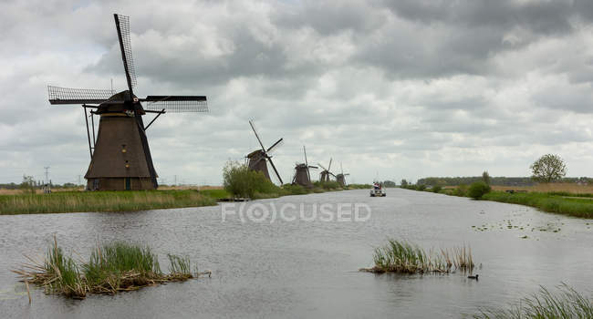 Traditionellen Windmühlen entlang eines Flusses, Kinderdisk, Niederlande — Stockfoto