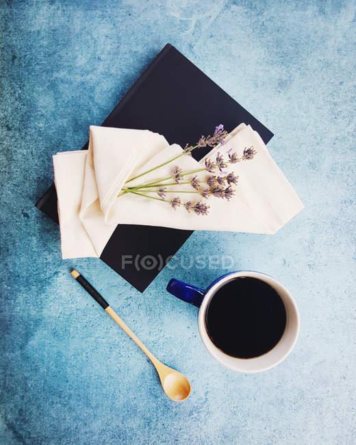 Vista superior do caderno, flores de lavanda e café — Fotografia de Stock