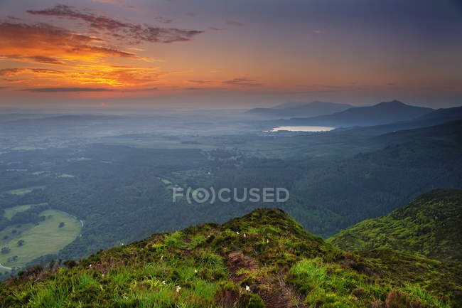 Vista panorâmica do nascer do sol da montanha Torc, Killarney, County Kerry, Irlanda — Fotografia de Stock
