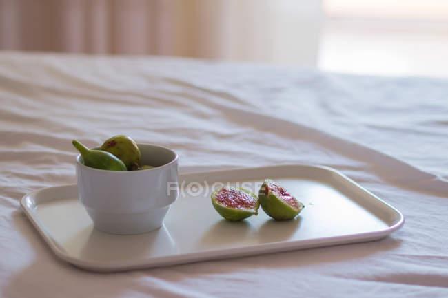 Ciotola di fichi frutta su un vassoio, primo piano — Foto stock