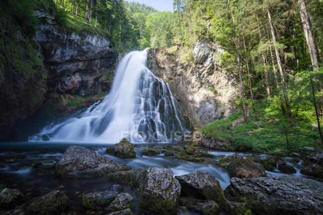 Wasserfall in den österreichischen Alpen, Salzburg, Österreich — Stockfoto