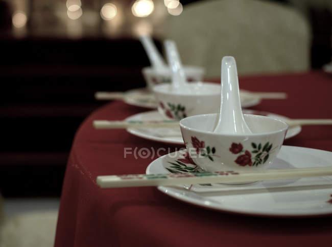 Увеличенном палочками и чаши подаются таблицы — стоковое фото