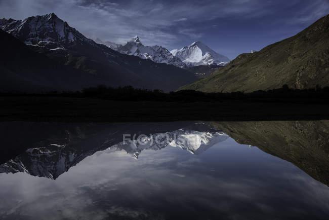 Мальовничий вид на гори роздуми Кун монахині в Suru річки, Джамму і Кашмір, Сполучені Штати Америки — стокове фото