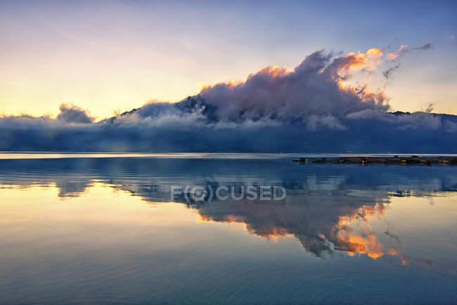 Vue panoramique des nuages reflétée dans le lac, Tembuku, Bali, Indonésie — Photo de stock