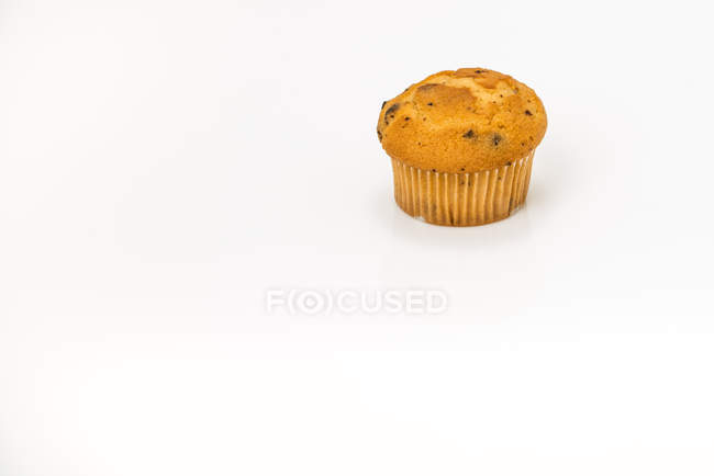 Muffin aux bleuets simple sur fond blanc — Photo de stock