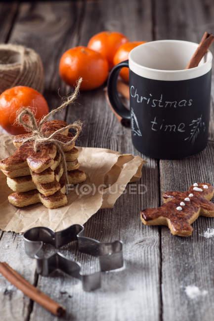 Biscotti di Natale, cioccolata calda e i satsuma, umore vacanze inverno — Foto stock