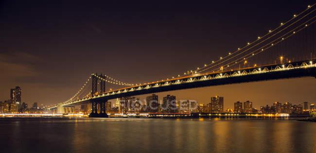 Vista panorâmica da Ponte Manhattan à noite, Nova York, América, EUA — Fotografia de Stock