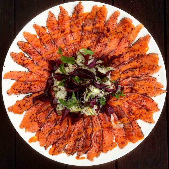 Salmone marinato con sommacco e vinaigrette piccante salsa tahin, vista dall'alto — Foto stock