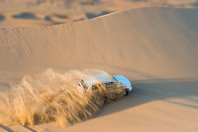 Off road vehicle driving through desert, Abu Dhabi, UAE — Stock Photo