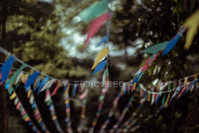Banderas de oración de colores soplando en el viento, primer plano - foto de stock