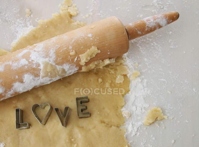 Тісто, качалкою та тісто фрез орфографії слова любові — стокове фото