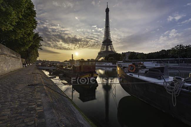 Vue panoramique de la Tour Eiffel au coucher du soleil, Paris, France — Photo de stock