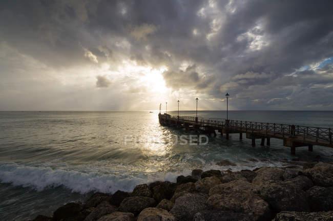 Vue panoramique sur la jetée océanique par temps couvert, Barbade — Photo de stock