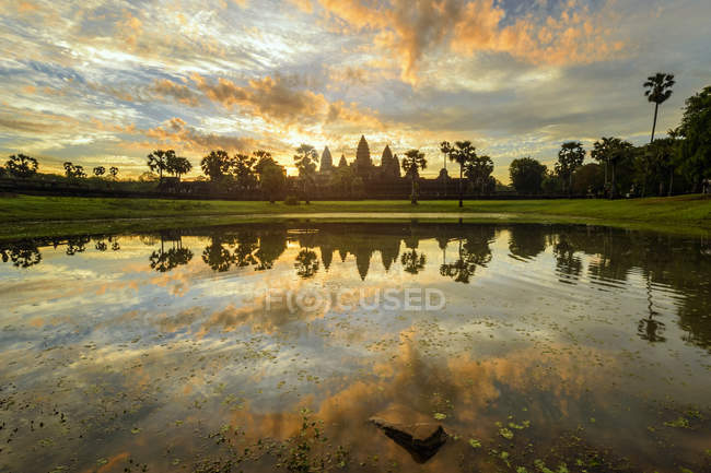 Мальовничим видом Анкор wat і озеро роздуми на сході сонця, Сієм Ріп, Камбоджа — стокове фото